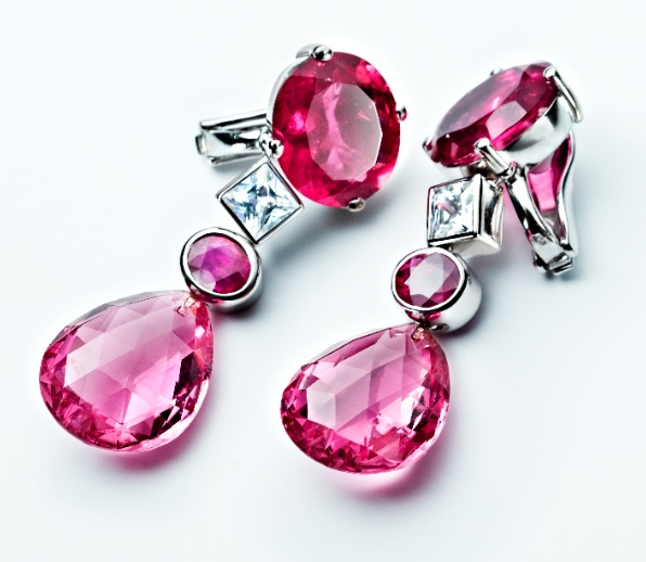 Aus der Novemberausgabe der deutschen Vogue: Ohrringe von RenéSim mit roten und rosa Turmalinen und Diamanten im Prinzess Schliff in feinem Weißgold, Preis auf Anfrage