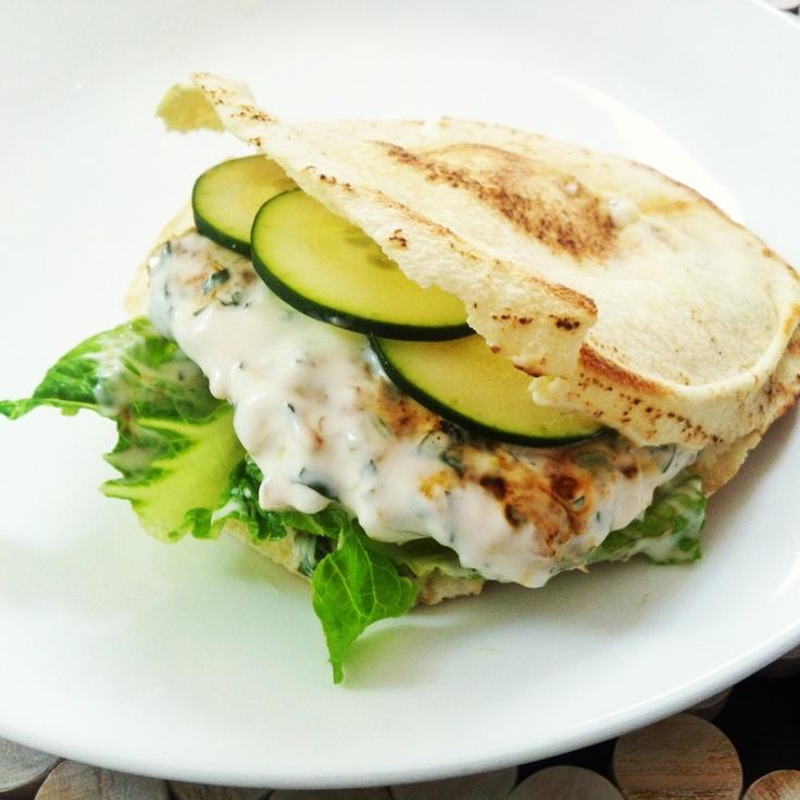 Hamburguesa de pollo en pan pita con aderezo griego