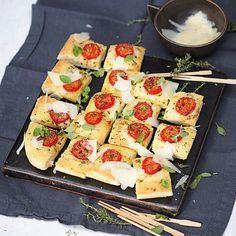 Einfach italienisch. Das beliebte Fladenbrot wird im ganzen gebacken und dann in kleine Stückchen geschnitten.