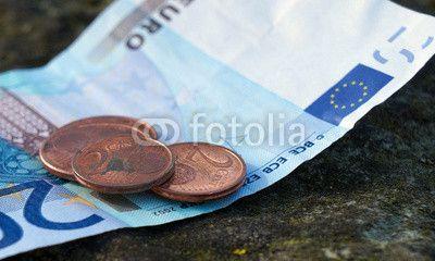 20 Euro-Schein mit 2 Cent Münzen