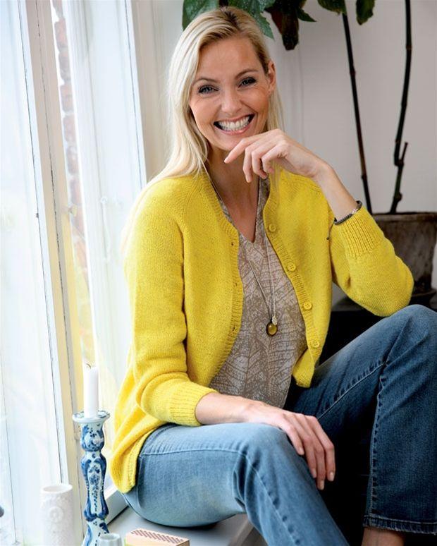 Denne flotte gule raglantrøje er nem at strikke, og så er den også meget moderne.
