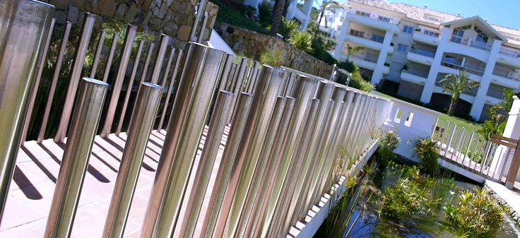 Pasarela metálica sobre estanque en Real Altavista Golf, Mijas, Málaga (Costa del Sol) realizado por González & Jacobson  http://www.jardindeplantas.com/portada/2015-07-06