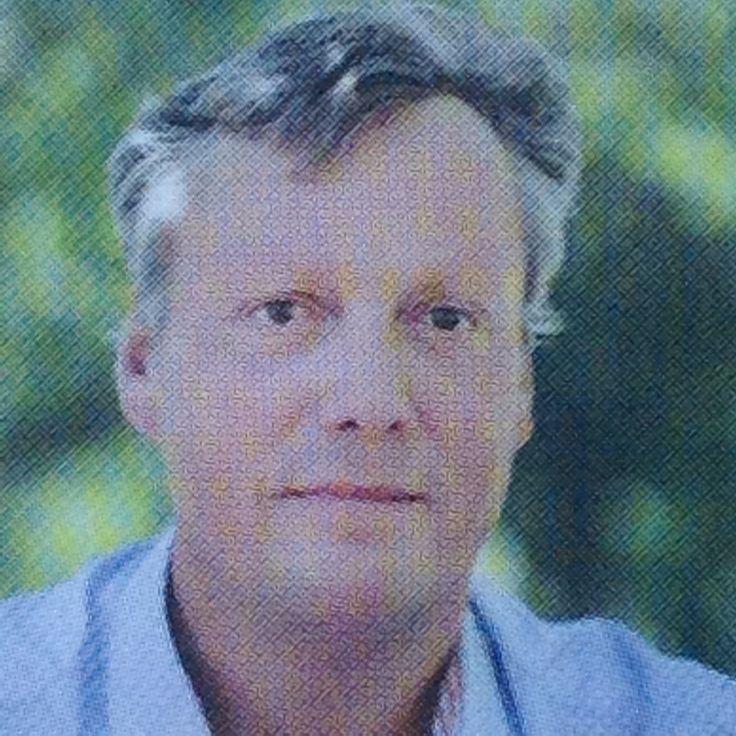 Pin 2: Geboren in1963. Is journalist geweest. Hij heeft nog meer boeken geschreven.