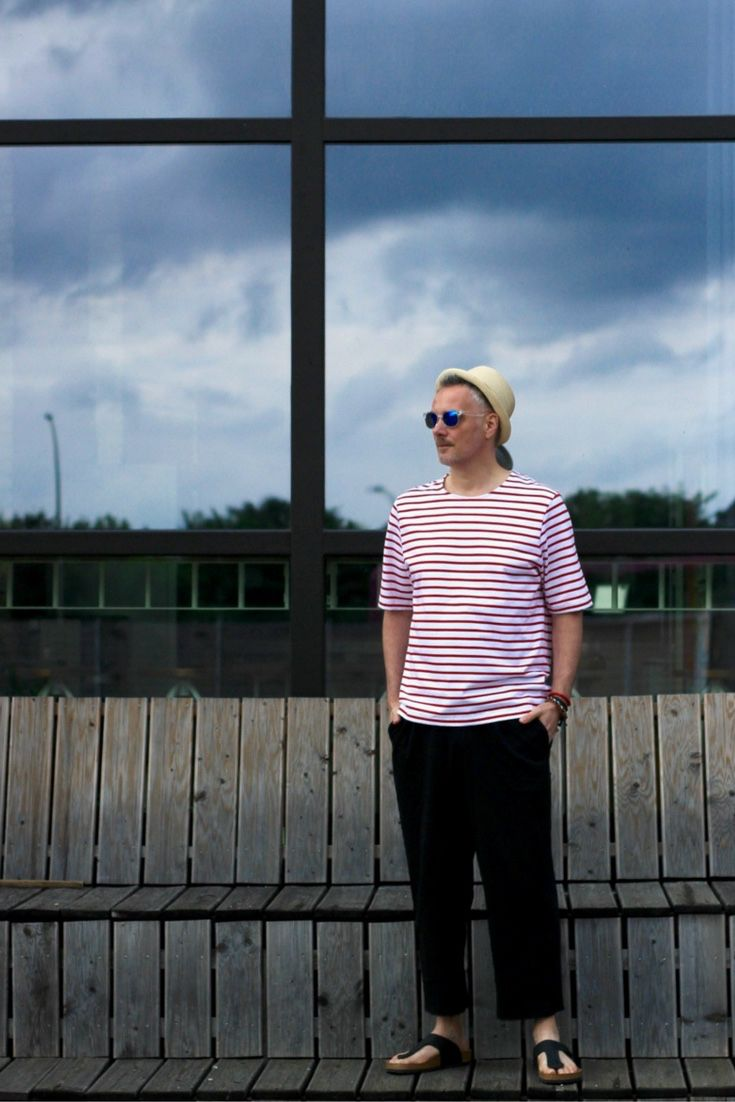 Lässiges Sommeroutfit mit rot weiß gestreiftes Shirt, kurzen Hosen für den Mann und Strohut mit cooler schwarzer Sonnenbrille.  Mehr auf unserem Modeblog für Männer zu den Modetrends für den Sommer und die warme Jahreszeit.
