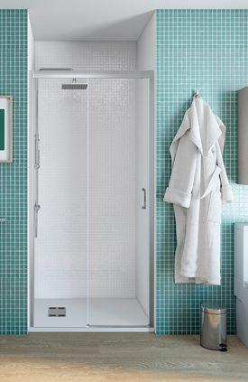 Mampara frontal de ducha de apertura corredera con un fijo y una puerta de cristal transparente y perfil plata.