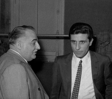 Bruno Coquatrix (1910-1979), auteur-compositeur et directeur de music-hall français, et Gilbert Bécaud (1927-2001), chanteur et compositeur français. Paris, Olympia, 1966.