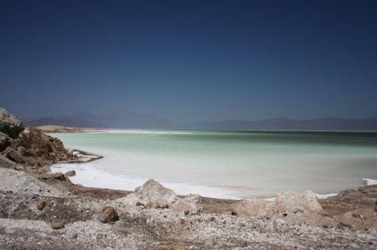 Le lac Assal à Djibouti est entouré de volcancs et subit des températures parfois supérieur a 50°