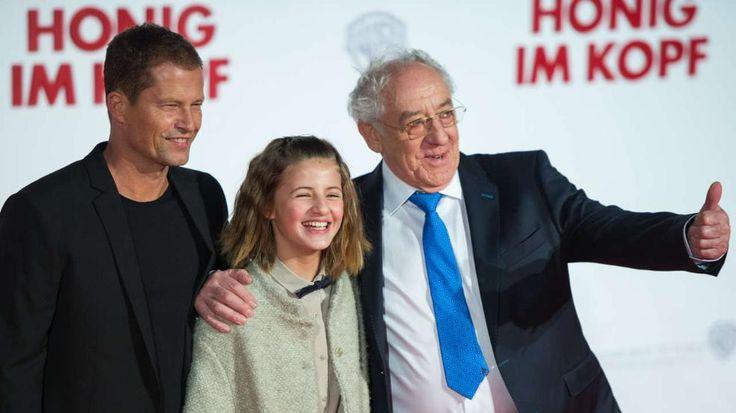 """Seltener TV-Auftritt für Til Schweigers Tochter Lilli (16): Und warum spielst Du nicht in Papas Filmen mit? -  Emma Schweiger (12) ist dick im Geschäft. Sie spielte schon in acht Filmen, sieben von Papa, mit. Hier ist sie mit Papa und Dieter Hallervorden bei der Premiere zum Film """"Honig im Kopf"""", in dem sie auch mitspielte http://www.bild.de/regional/berlin/dana-schweiger/darum-spielt-lilli-schweiger-nicht-in-papas-filmen-mit-40888756.bild.html"""