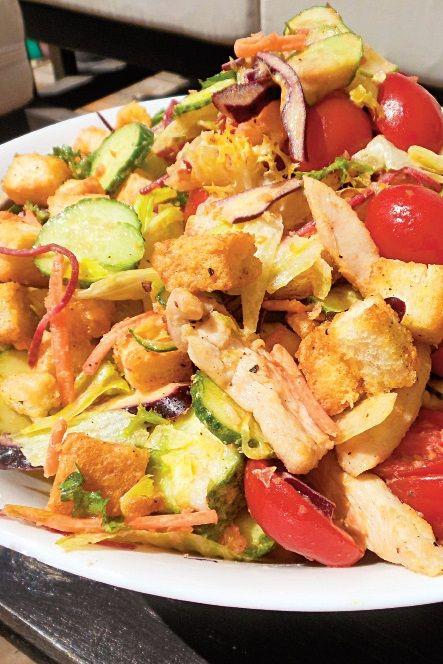 O salată de pui devine foarte săţioasă când îi pui crutoane, iar sosul de muştar îi dă un gust aparte. Iată o reţetă simplă şi gustoasă: