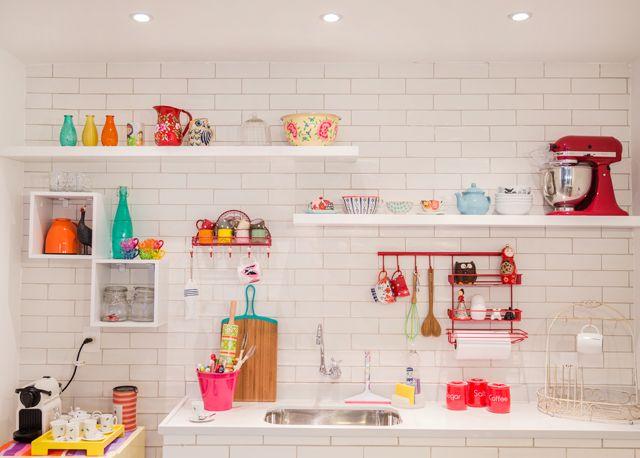 Apenas duas prateleiras, dois nichos, e muita fofura colorida para formar esse visual clean.