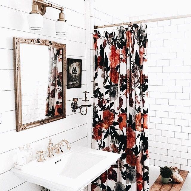 Baño vintage con cortina de ducha con estampado de flores #homedecor