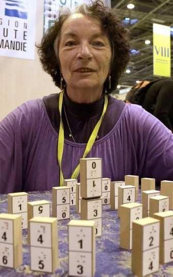 Souvenir du Concours Lépine 2014 article Le Parisien Porte de Versailles, vendredi. Michèle a créé ce jeu « pour que nous puissions jouer tous ensemble, aveugles, malvoyants et valides », explique-t-elle. (LP/Phlippe Lavieille.)