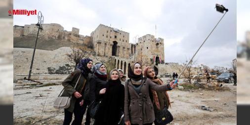 Şamdan Halepe gelip yıkıntılar arasında poz verdiler : Kentte can pazarı yaşanırken Başkent Şamdan gelen turistler kentin harabeye dönen Halep Kalesi Emeviye Camii ve diğer tarihi bölgeleri gezip fotoğraf çektiriyor. Fotoğraflarda savaş turistlerinin UNESCO Dünya Mirasına girmiş olan yapıların yıkıntıları önünde gülümseyerek poz verdiği görülüy...  http://www.haberdex.com/dunya/Sam-dan-Halep-e-gelip-yikintilar-arasinda-poz-verdiler/131112?kaynak=feed #Dünya   #Şam #Halep #turistleri #savaş…