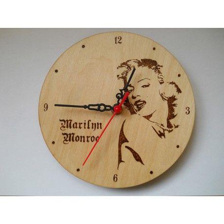 Fából készült 18cm átmérőjű falióra, amire Marilyn Monroe lett pirogravírozva.