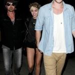 Miley Cyrus salió a pasear con sus padres y con su novio y futuro marido, el actor Liam Hemsworth, luego de acudir al concierto del padre de la actriz y cantante, el músico Billy Ray Cyrus, en West Hollywood.