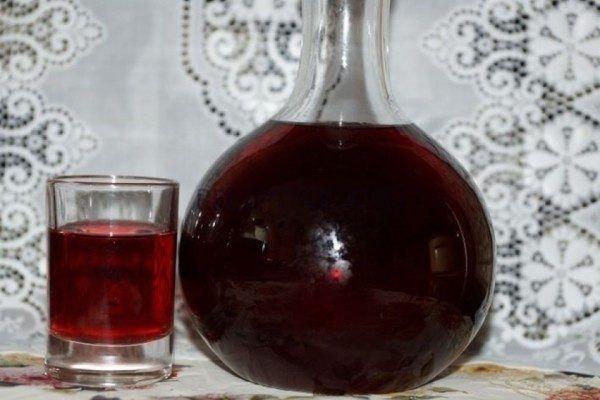 Приготовление наливки из смородины – процесс не сложный. При всей своей простоте напиток получается замечательным, не идущий ни в какое сравнение с приобретенными в магазинах. А благодаря специфическому насыщенному вкусу ягод, крепость такого напитка абсолютно не ощущается.