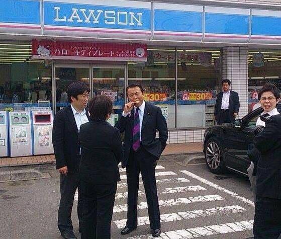 【画像】 SPに囲まれ背広姿でアイスを食べる麻生財務大臣がカッコよすぎると話題に