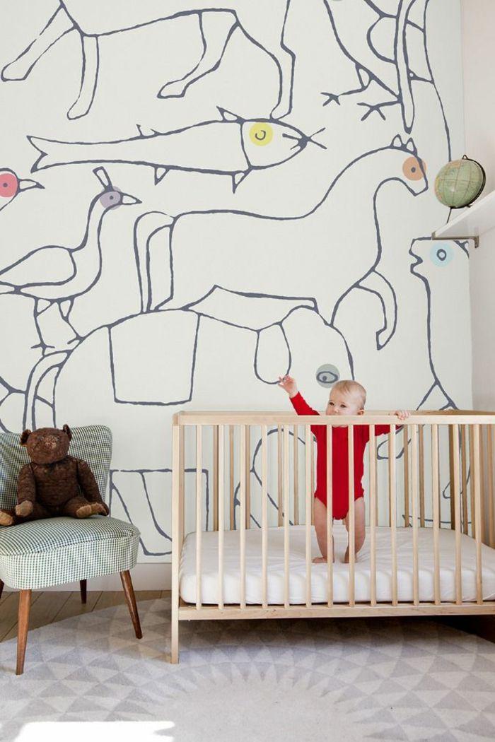 jolie decoration murale dans la chambre d'enfant avec un lit bebe en bois clair