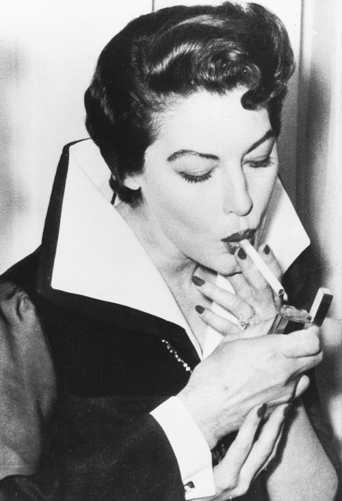 https://s-media-cache-ak0.pinimg.com/736x/b6/cb/4c/b6cb4c5b34680c1e328d89683fc18873--smoking-celebrities-le-smoking.jpg