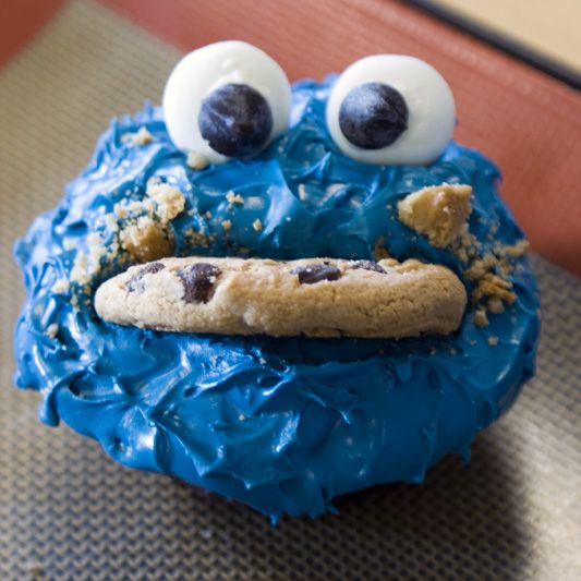 Cookie Monster Cupcakes Fun. Simple. now gimme dat cookie!