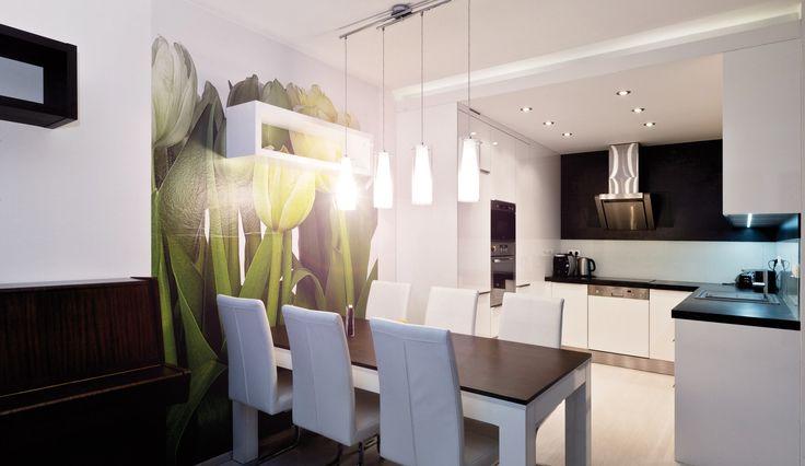 Moderní bílá lesklá kuchyně