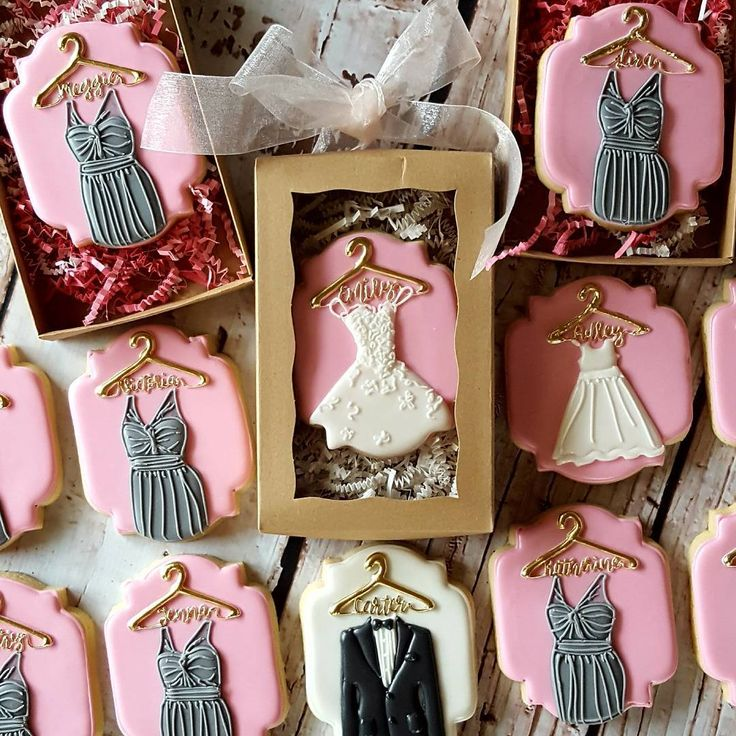 581 отметок «Нравится», 101 комментариев — Sarah Robertson (@sugarcrushcookiessarah) в Instagram: «Individual personalized cookies for the Bridesmaids, flower girl, bride, and ring bearer. #wedding…»