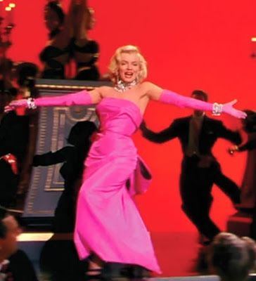 Meu Mundo Cênico: Outubro 2012 Marilyn Monroe em Os homens preferem as loiras (1953) Marilyn Monroe Vestido tafetá rosa com um grande laço na parte de trás e luvas combinando. O vestido foi assinado por Travilla, o mesmo que criou todo o figurino usado por Marilyn em O pecado mora ao lado, incluindo o famoso vestido branco. O modelo rosa foi bastante polêmico para sua época.