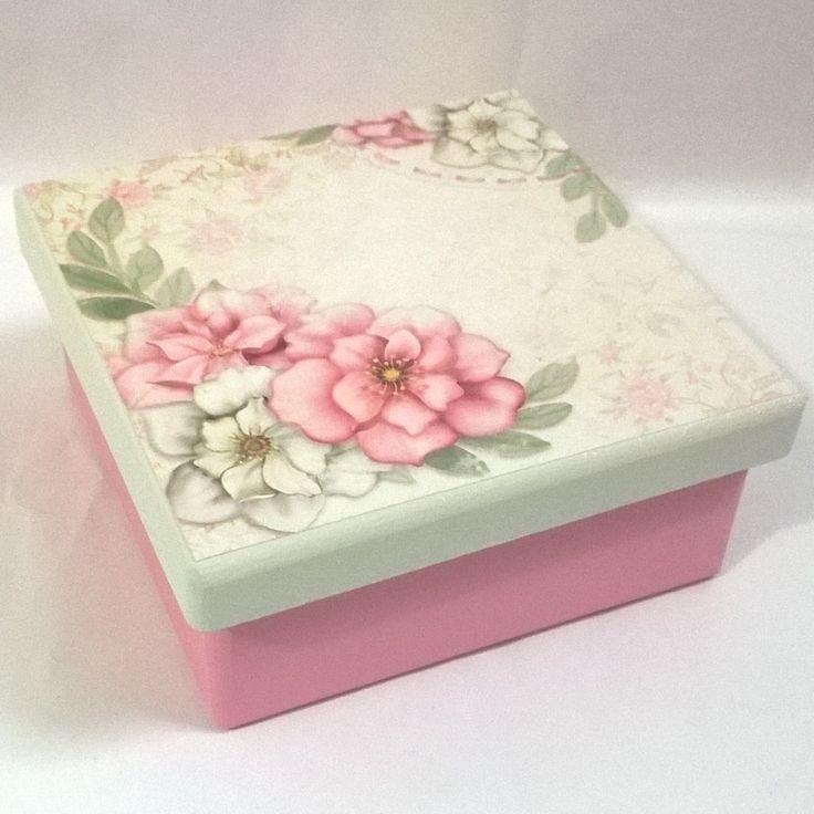 Caixa 14x14 com divisórias. Tinta pva cintilante Corfix porcelana e rosa bebê. Papel scrapbooking Litoarte SDSXV 066
