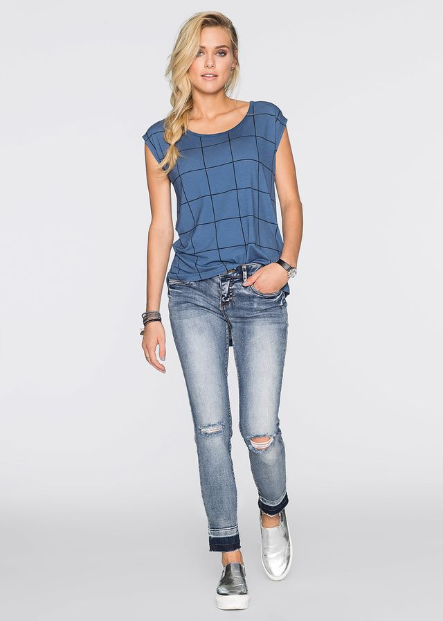 Luźniejszy shirt z modnym, graficznym nadrukiem. Dł. w rozm. 36/38 ok. 72 cm.