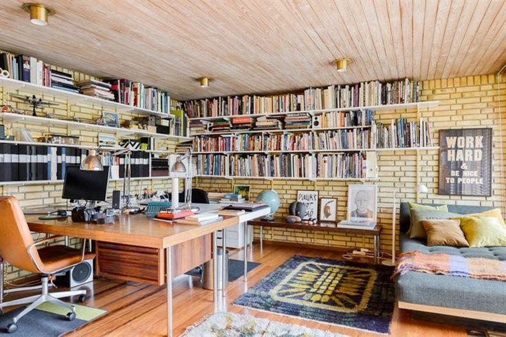 <p>60-talsvillan är obeskrivligt elegant med genomgående gula tegelväggar och stavparkett i teak. Detta är definitivt ett boende utöver det vanliga – men du måste älska tegel!</p>