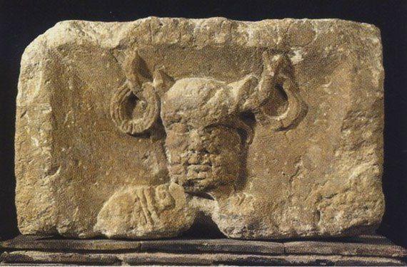 Рельеф с изображением Кернунна из Музея средневековья Клюни, в Париже, установлено было на столбе, посященном императору Тиберию и Юпитеру https://www.facebook.com/groups/archaeru  Кернунн кельтское божество с рогами. Кернунн изображался сидящим в т. н. «буддийской» позе с оленем и быком у ног, иногда и сам обладал оленьими рогами. Иногда изображался держащим в одной руке змею, другой рукой подносящим торквес (ожерелье) оленю.