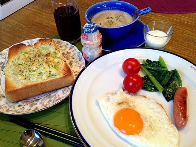 おはようございます(^_−)−☆今朝は、一段と冷たい朝です。さて、朝ごはんは、お決まりのキャベツトースト!かぶのミルクスープは、昨日の柚餅子で食べたかぶに、ミルクとコンソメで味を変えて。温かい物がやっぱり必要ですね。さー、今日は、水曜日。もう皆さんおわかり、スイスイ仕事頑張っちゃいましょーう!では皆さん、よい1日をー*\(^o^)/* - 9件のもぐもぐ - キャベツトースト  小松菜ソテー  トマト  ウィンナー  目玉焼き  かぶのミルクスープ  ヤクルト  ヨーグルト  グループジュース by 126kei