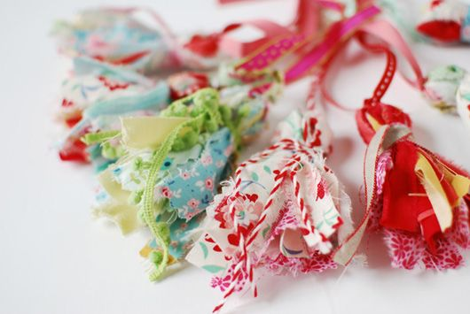 Make Me: Pretty Scrap Fabric Tassels http://decor8blog.com/2013/09/18/make-me-pretty-scrap-fabric-tassels/