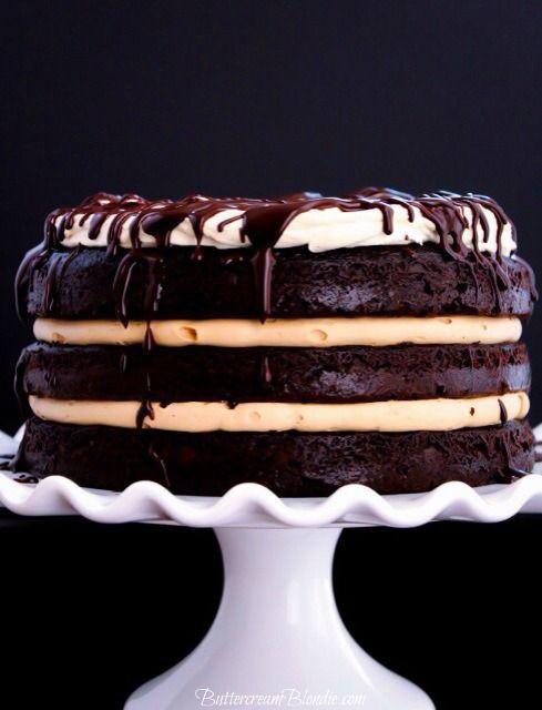 El Tipsy whisky torta de capa - capas de whisky infundido pastel de chocolate, crema de mantequilla crema irlandesa y glaseado de mascarpone de púas!  |  ButtercreamBlondie.com