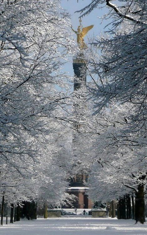 BERLIN, Im verschneiten Berliner Tiergarten mit Blick auf die Siegessäule - 'Goldelse'
