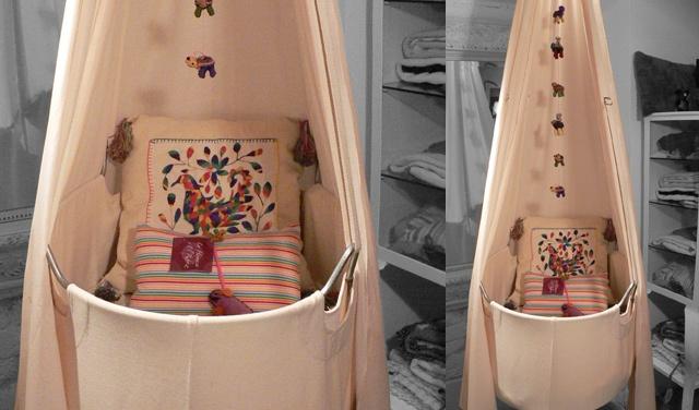 Moises de La Hamaca y el Rebozo y con ese cojín de bordado mexicano.