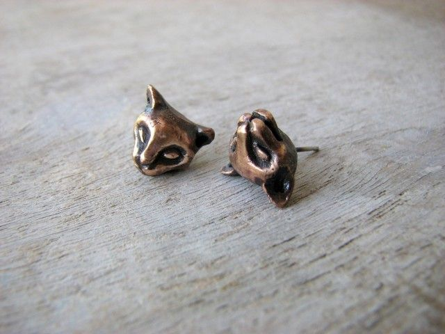 Cute stud earrings in the shape of a cat, by Anna Siivonen #nordicdesigncollective #katt #katten #cat #thecat #cuttingboard #animal #meow #kitten #pet #fur #cosy #earrings #stud #studs #bronze #jewelry #jewellry #jewellery #jewelery #earring #accessory #annasiivonen