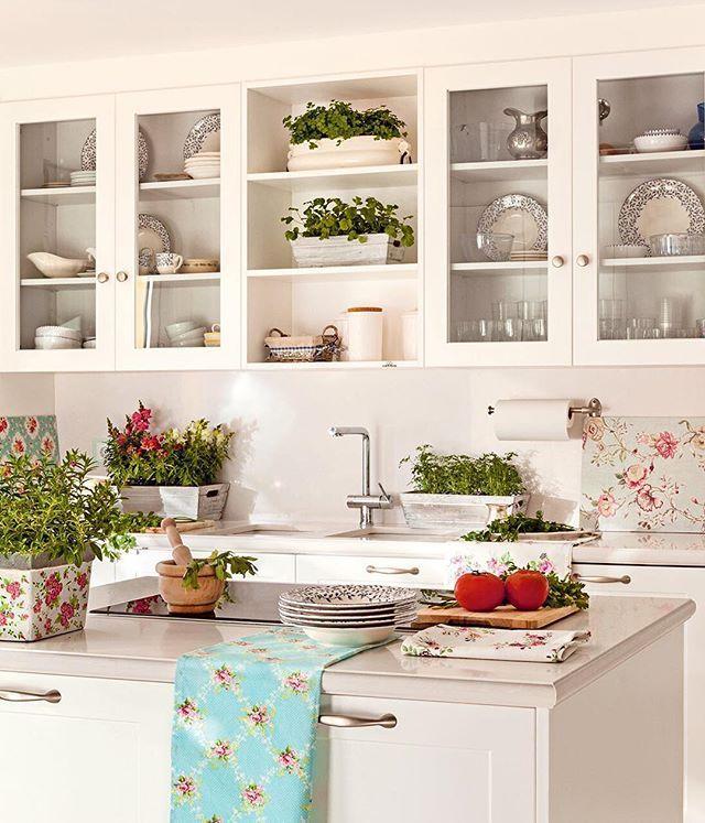 Planifica los armarios, reorganiza los cajones, aprovecha rincones insospechados... y así hasta 15 soluciones de almacenaje para que se haga el orden en tu cocina. Pero no es magia, sino un poco de ingenio y sentido común (link en bio) . . #elmueble #decoracion #decoration #orden #cocina #kitchen #todoenorden #armarios #order #baldas