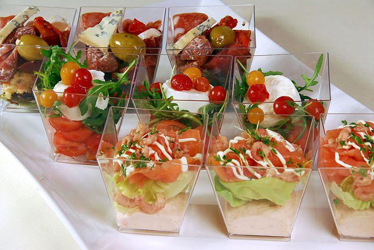 Geitenkaas met mini tomaat en verse pesto  Zalmbavaroise met diverse zeevruchten en gerookte zalm  Anti pasti met olijven en zontomaat