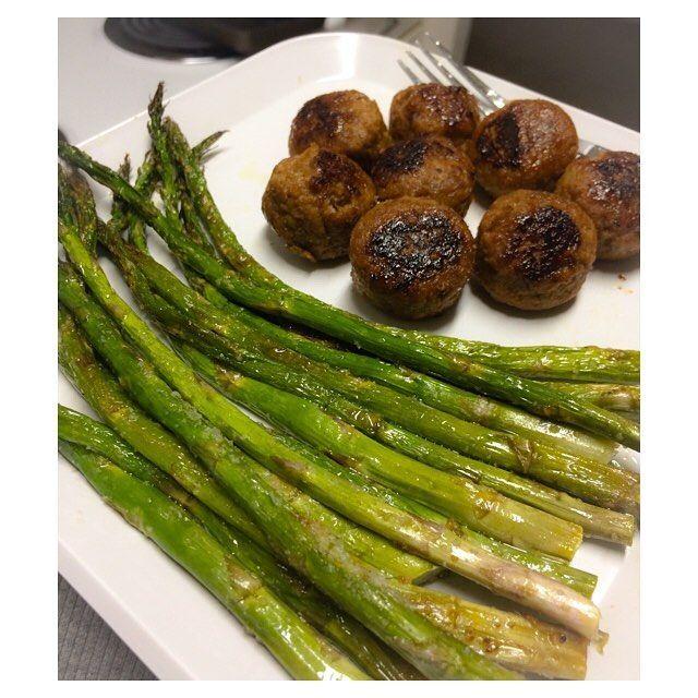 "124 gilla-markeringar, 2 kommentarer - s h e l b y 💁🏻 (@eatingwith_shelby) på Instagram: ""Turkey meatballs with a big ole side of roasted asparagus 😋😋😋 • • • #dinner #veggies #whole30…"" Grönsaksbullar köttbullar quornbullar göttbullar vegobullar hälsanskök sparris quorn sallad MyFood MyRecipe"