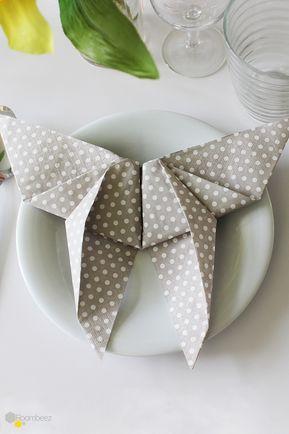 #Servietten #falten #Ostern #Tischdeko #DIY #anleitung #Schmetterling Ihr sucht die perfekte Tischdeko für Ostern? Fangt doch am besten gleich bei den Servietten an!♥ Auf ROOMBEEZ findet Ihr die Anleitung zu dieser und 14 weiteren Falttechniken!