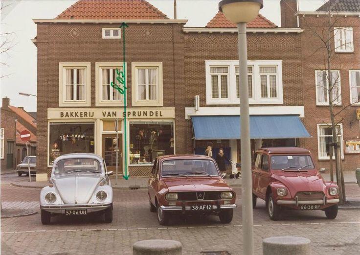De Markt in het voorjaar met de op de hoek van de Kerkstraat bakkerij Van Sprundel, daarnaast melkhandel M. Roelen en dan nog een stukje van sigarenhandel M. Luijten 1975