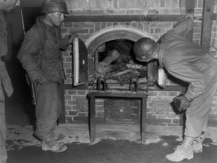 Tres soldados estadounidenses miran cuerpos metidos en un horno en un crematorio en abril de 1945. Foto tomada en un campo de concentración no identificado en Alemania, en el momento de la liberación por el Ejército de los EE.UU.