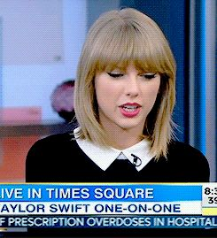 When she tried to catch a fly midway through a live interview. | 27 Times Taylor Swift Failed So Hard She Almost Won