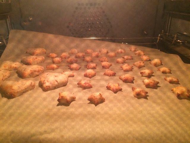 Hallo ihr Lieben! ♥ Ich habe gestern Abend für Kaya noch ein paar Kekse gebacken. Und weil Kaya total begeistert davon ist, möchte ich das Rezept nun mit euch teilen. Zutaten: 1/2 Dose Thunfisch im…