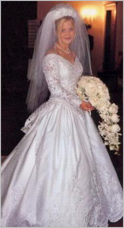 Beautiful wedding dress and flowers!  Actress Candace Cameron married Russian NHL hockey player Valeri Bure on June 22, 1996.