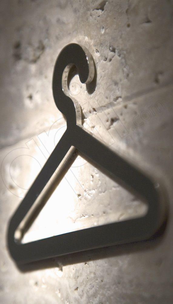 Simbolo ritagliato guardaroba realizzato in acciaio lucido