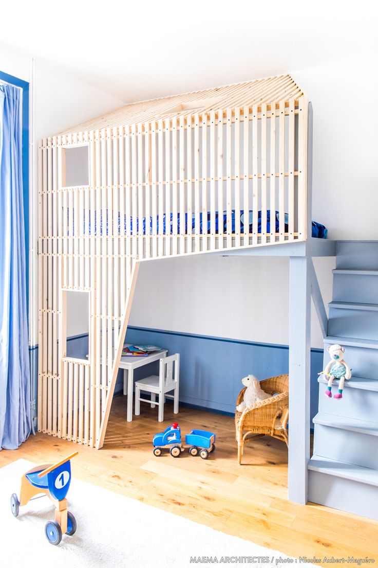 Une cabane très contemporaine pour la chambre d'un petit garçon.