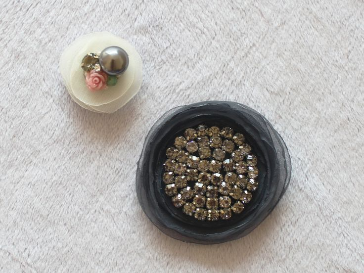 Looking for an easy way to jazz up your cardigan set or plain shirt? Try these magnetic brooches! It won't leave any holes or marks on your clothes the way traditional pinned brooches would, and these magnets are strong so you can actually use them on hat, bags, scarves... wherever you would like!   The large brooch is approx 7cm wide, and the small brooch is approx 4 cm wide. You can wear them separately or together. If you have a daughter, you can let her wear the smaller brooch!