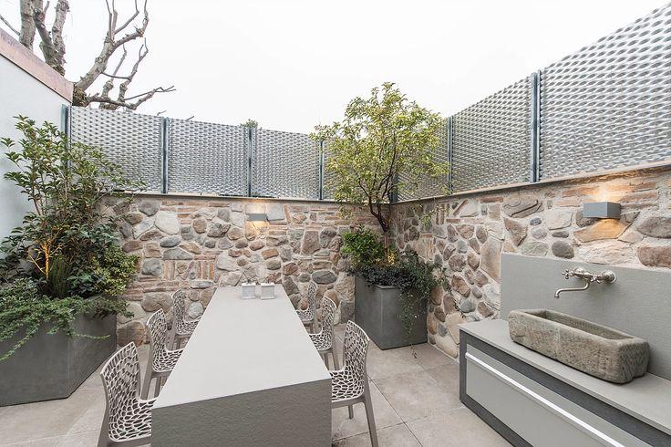 BRANDO concept  | Contemporary outdoor cucina esterna lavello in pietra terrazzo fioriere su misura